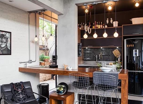 A cozinha americana com lâmpadas penduradas