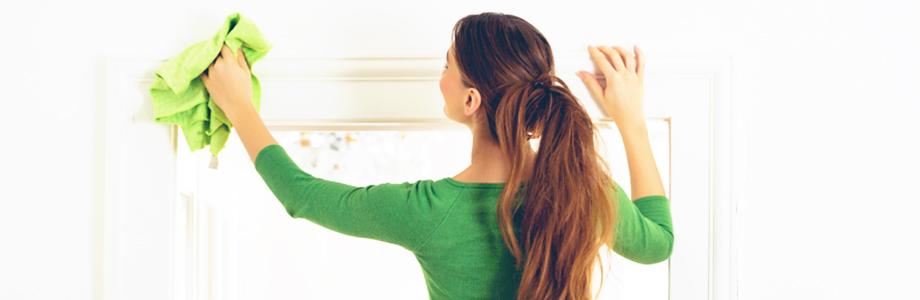 Mulher limpando armário
